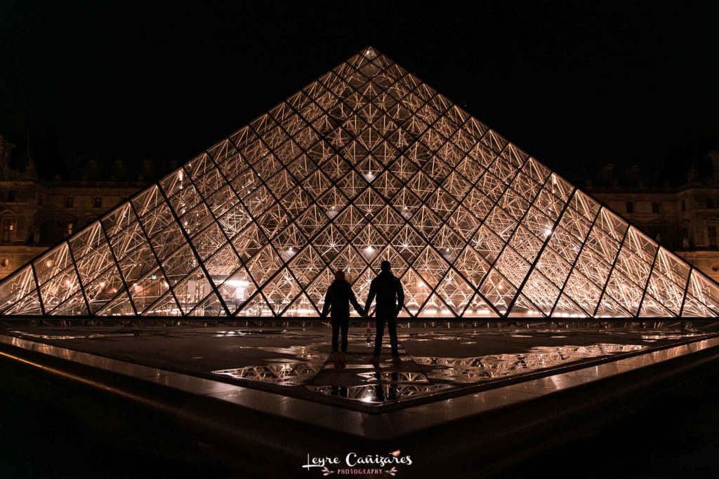 Engagement photo shoot in Louvre museum paris