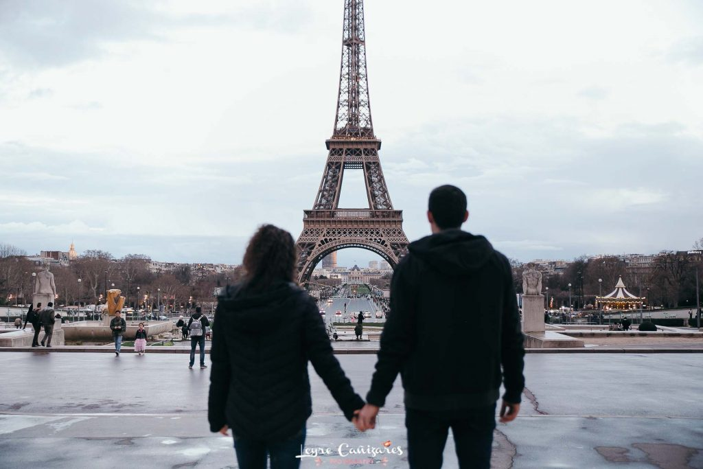 paris couple photoshoot with torre eiffel