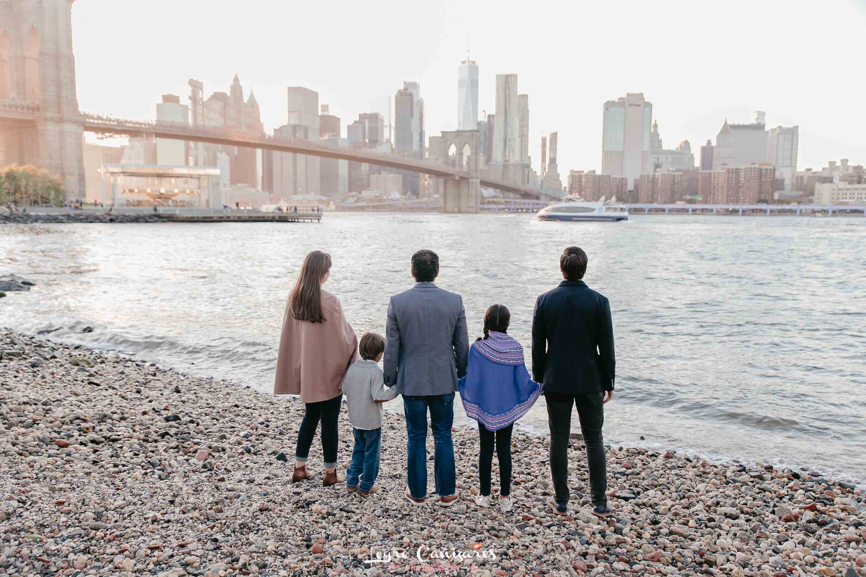 family photoshoot at dumbo park during the sunset